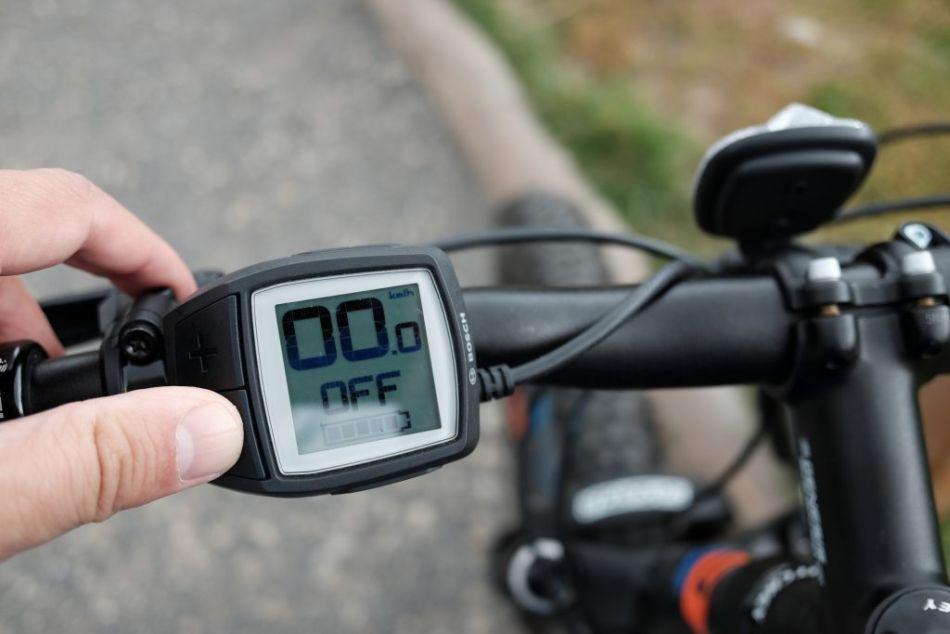 Ako sa ovláda elektrobicykel? Tlačítkom plus počas jazdy zvyšujete výkon, ktorým vám pomáha motor. Mínusom ho znižujete.