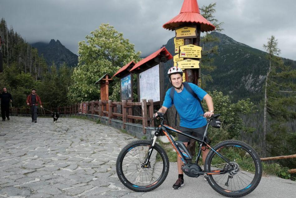 Nikdy som na Hrebienok nevyšiel s takou rýchlosťou, ľahkosťou a úsmevom. Na bežnom bicykli by ma nenapadlo ísť ešte na Sliezsky dom, či lomnický Štart. Na ebajku naopak. Človek dostane chuť presne na to. Pokračovať.